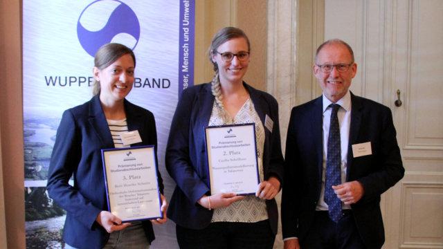 V.l.n.r: Berit Henrike Schmitz (3. Platz) Cecilia Schellhaas (2. Platz) Georg Wulf, Vorstand des Wupperverbandes